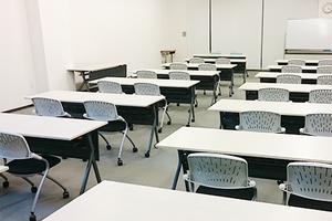 スクール形式で70名収容可能  セミナー・会議・研修会等に最適な会議室の写真