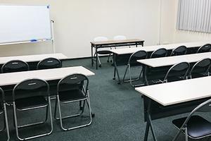 スクール形式で30名収容可能 ビジネスでのご利用におすすめの会議室の写真