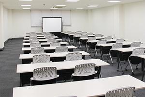 スクール形式で80名収容可能 施設最大の収容人数!大規模なセミナーなどに の写真