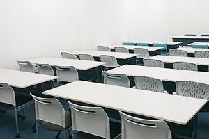 スクール形式で30名収容可能 会社説明会やセミナーにおすすめの会議室の写真