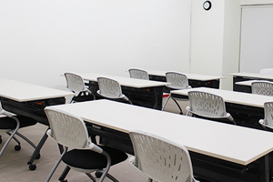 スクール形式で24名収容可能 セミナー・会議・研修会等に最適な会議室の写真