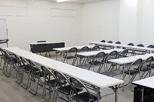 スクール形式で30名収容可能 セミナー・会議・研修会等に最適な会議室の写真