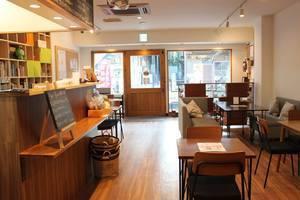 大人の秘密基地arcoiris - 地域密着型のコミュニティカフェ : 店内ホール、キッチンスペースの会場写真
