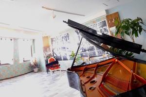 【大津市石山】アンネの教室: サロンスペース(ピアノ練習用)の会場写真